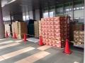 Vyskládané zboží před Family Martem v areálu Tokyo Big Sight
