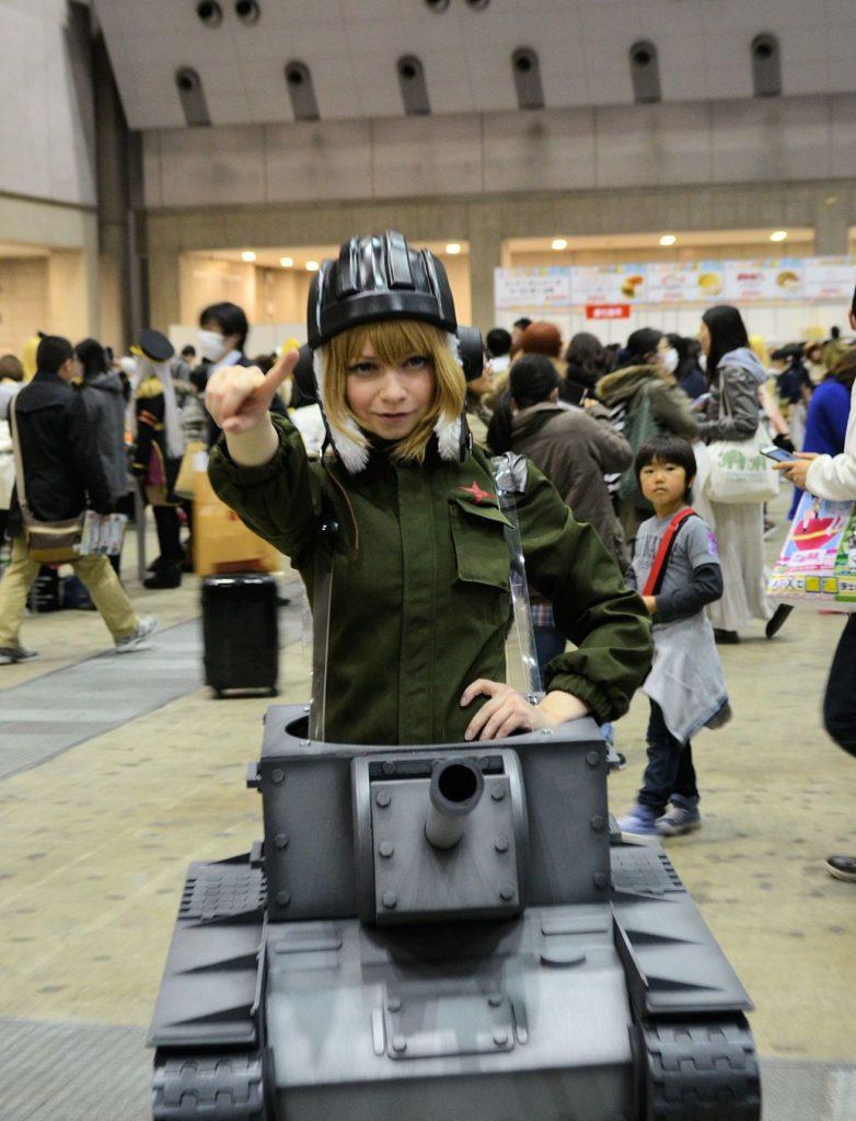 Nebo vojanda z Girls und Panzer. Hlavní je nebát se lidi v kostýmech oslovovat. Fotí se rádi a ochotně vám předvedou nacvičené pózy.